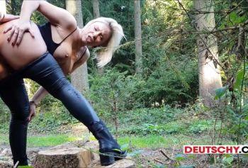 Сексуальная мамочка блондинка трахается на улице