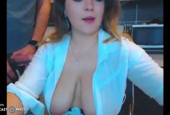Сисястая баба шлюшка обслуживает член хахаля - порно курящих