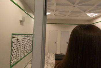 Милашка в лифте ощущает длинный член во влагалище